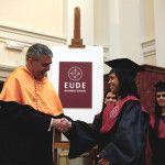 Óscar Zapero entregando título a una alumna durante el Acto de Graduación de EUDE Business School